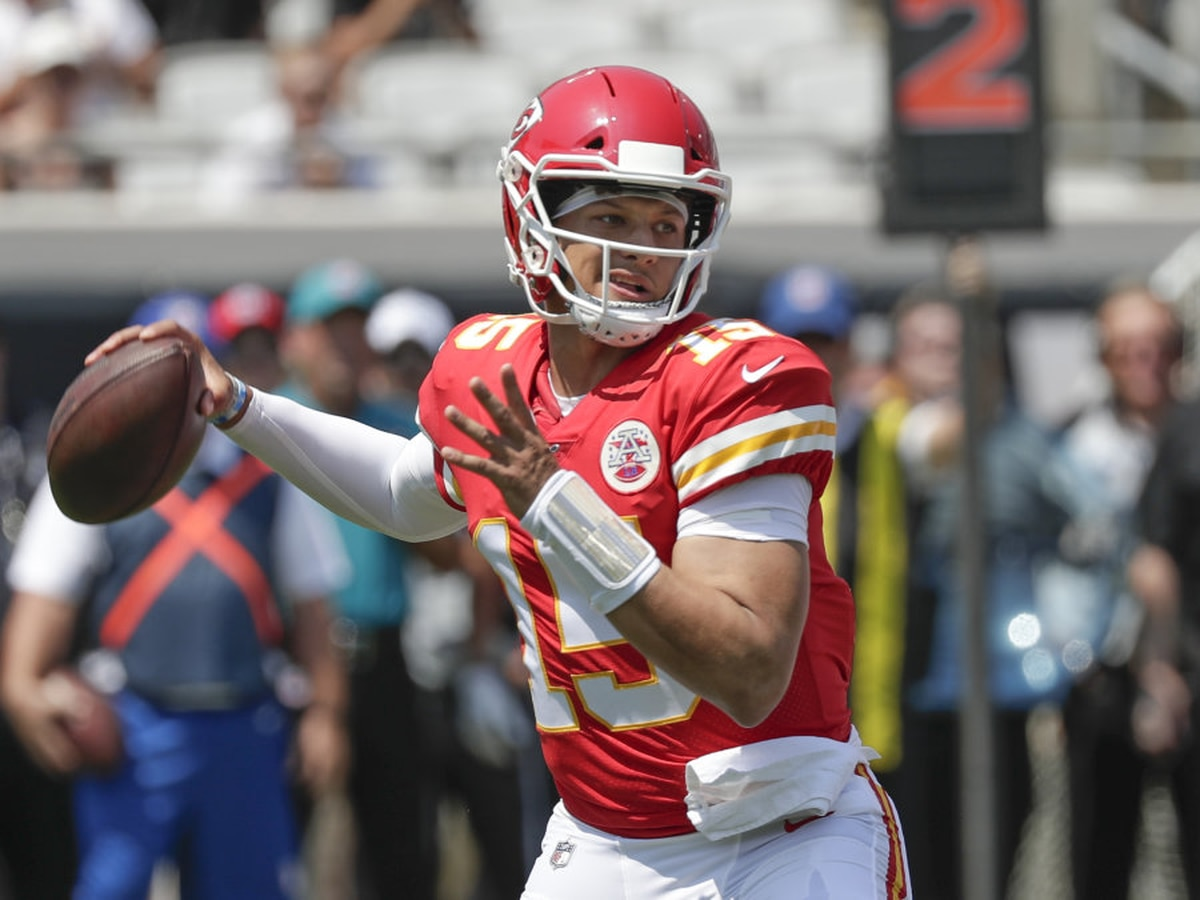 Mahomes leaves Chiefs game with an injury