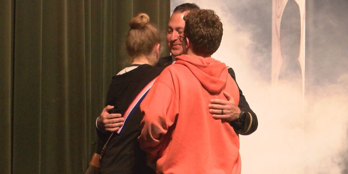 Military dad surprises kids at Hutchinson Middle School