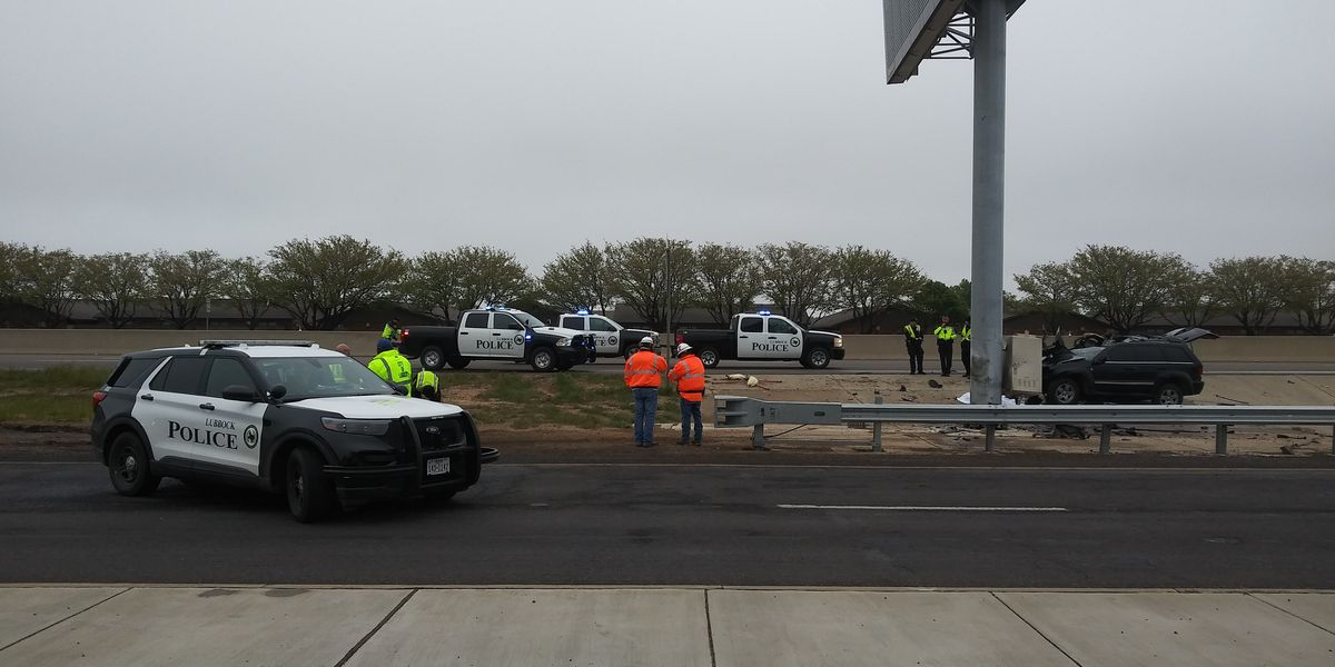 2 seriously injured in crash on West Loop 289, lanes closed