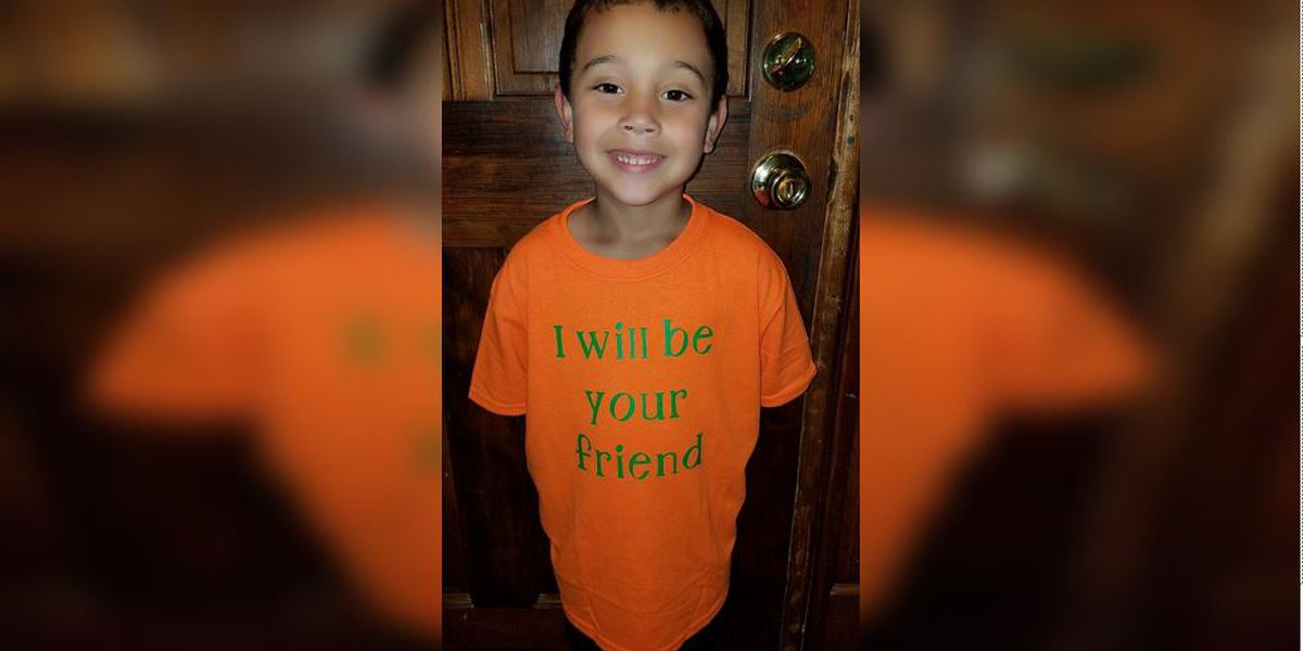 Elementary student wins hearts with 'I will be your friend' shirt on first day of school