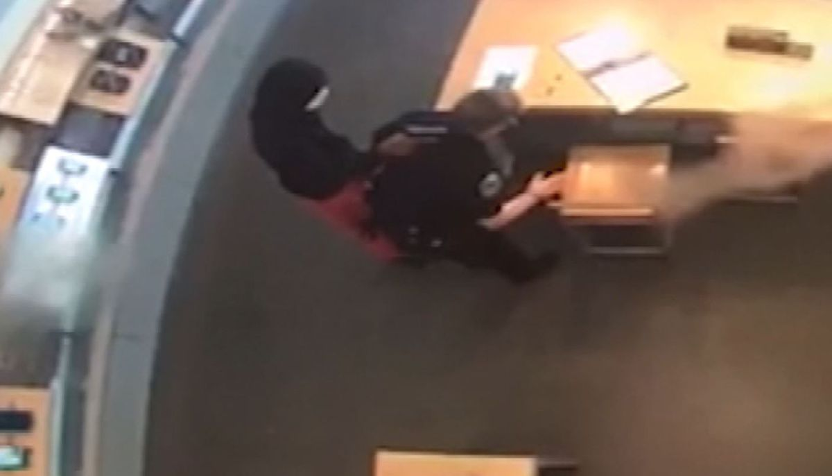 Video shows robber disarming officer, holding her at gunpoint in Verizon store
