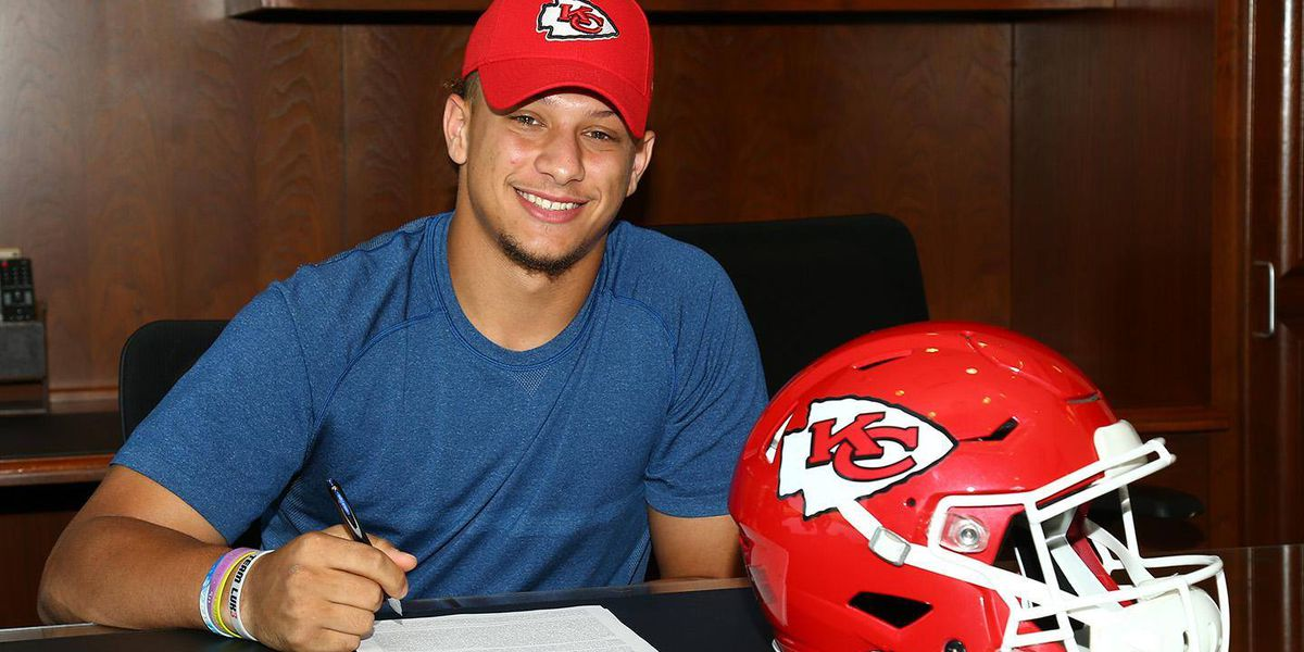 QB Patrick Mahomes signs rookie contract with Kansas City Chiefs