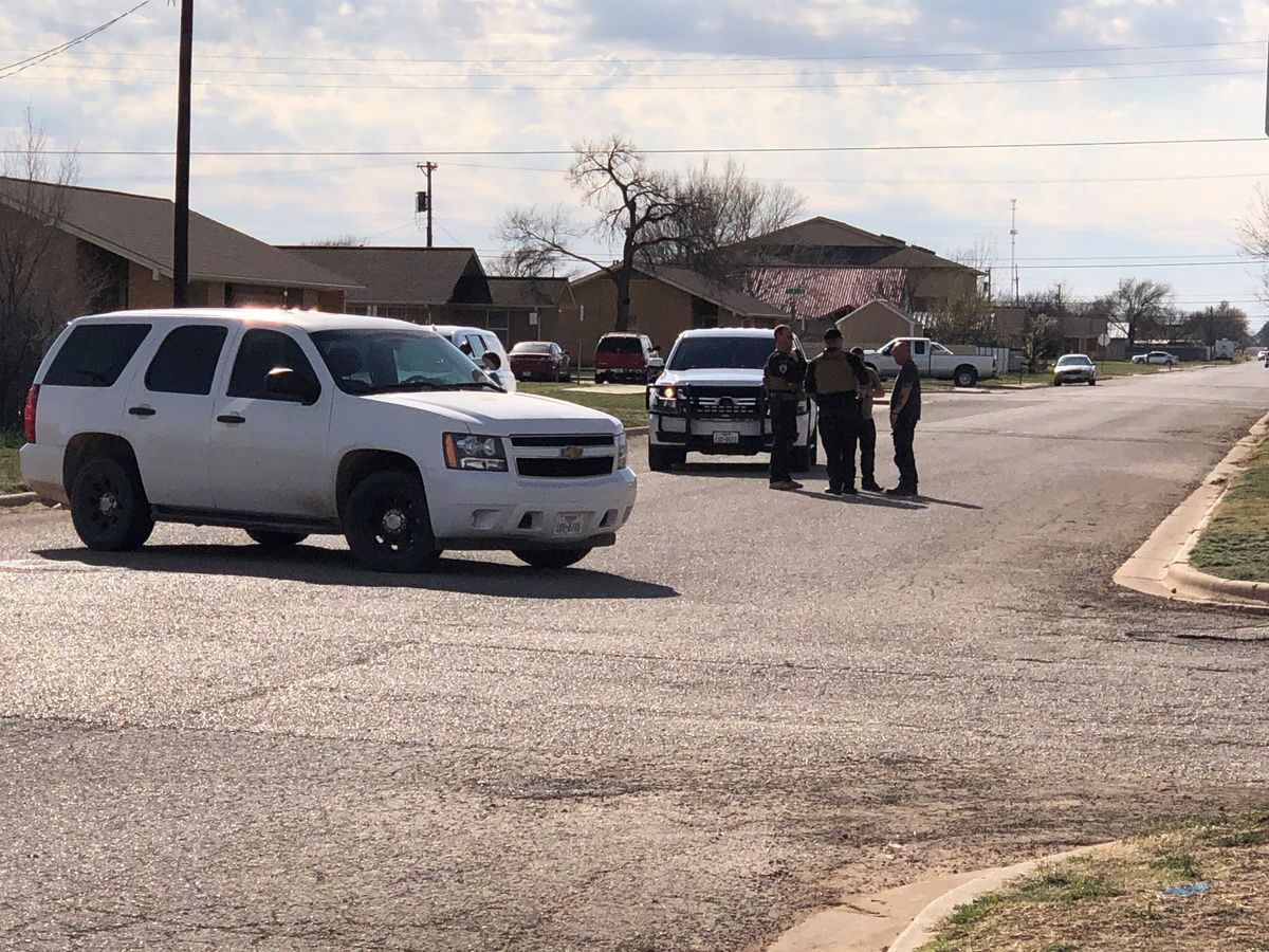 Man holds 2 people hostage in Slaton