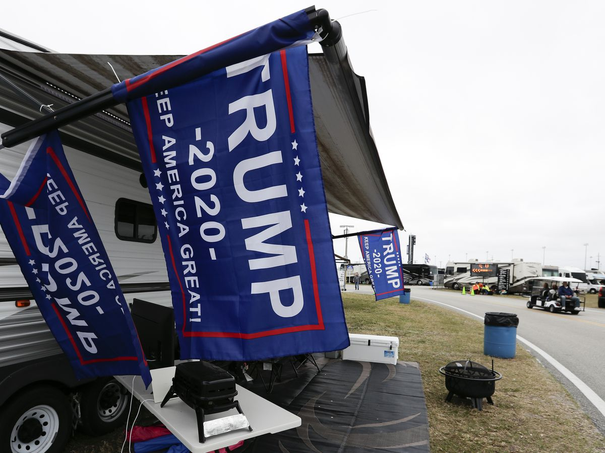 Trump looks to rev up his base at Daytona 500